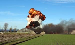 2014-01-10 SEROOSKERKE - Een enorme vuurbal is te zien bij een explosie in een landbouwloods in Serooskerke. Die ontstond vermoedelijk toen bij een brand vaten met brandstof en een lasuitrusting met het gas acetyleen vlam vatten. Er raakte niemand gewond bij de brand. ANP PROVICOM